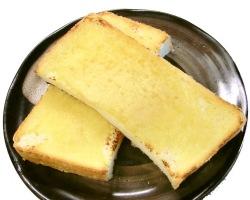 バターと練り混ぜ、パンに塗って